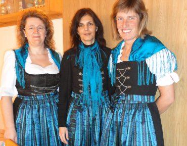 Ulrike Anja Sylvia im Trachtendirndl blau